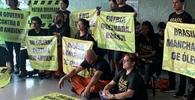 Ativistas do Greenpeace são detidos após protesto em frente ao Planalto