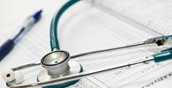 Município deve colocar médica idosa em ambiente de baixo risco da covid-19