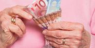 Banco deve suspender descontos na aposentadoria de idosa analfabeta