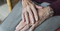 Afastada condenação por má-fé imposta a idosa em ação contra instituições financeiras