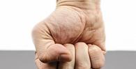 Homem é condenado em danos morais por agressão a vizinho